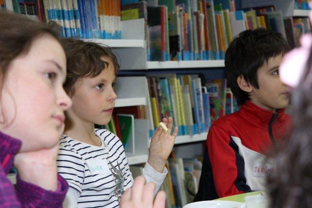 Els nens i nenes van tastar diferents tipus de xocolata per distingir quina era la més saludable.
