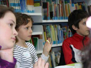Los niños y niñas probaron diferentes tipos de chocolate para distinguir el más saludable.