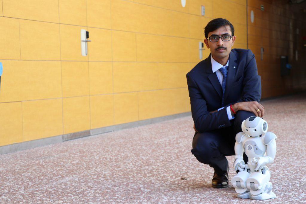 El investigador Jainendra Shukla con el robot que ha diseñado.
