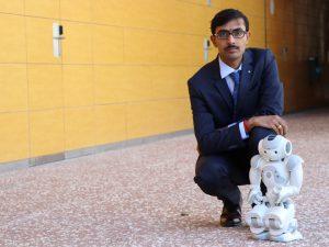 L'investigador Jainendra Shukla amb el robot que ha dissenyat.