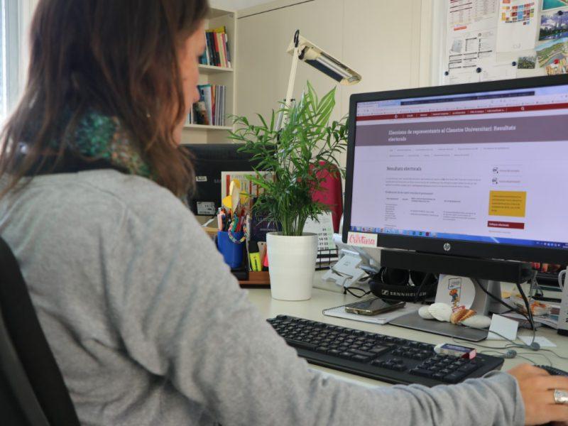 estudiant URV votant per ordinador