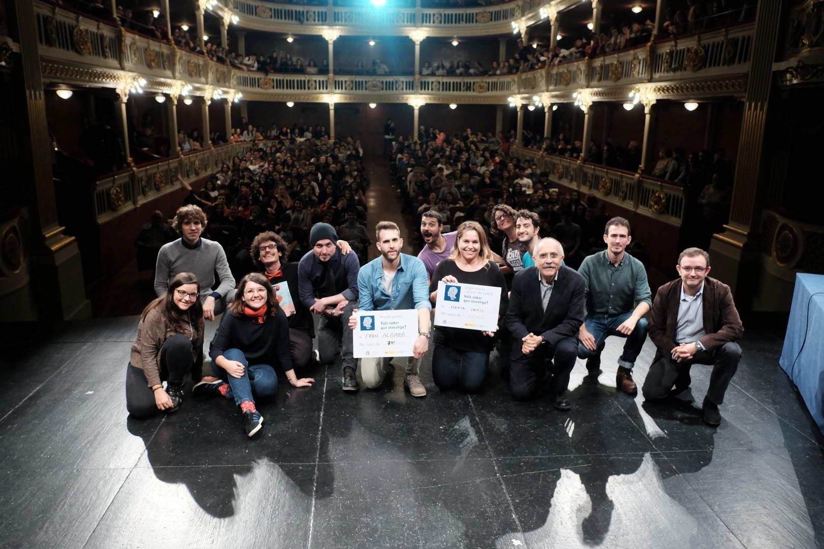 """Imatge dels participants de l'espectacle """"Ciència al Teatre"""", que va reunir unes 400 persones al teatre Bartrina de Reus."""