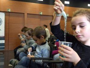 """Imagen del taller """"Ciencia en familia"""" que se hizo en el Campus Extens de l'Hospitalet de l'Infant."""