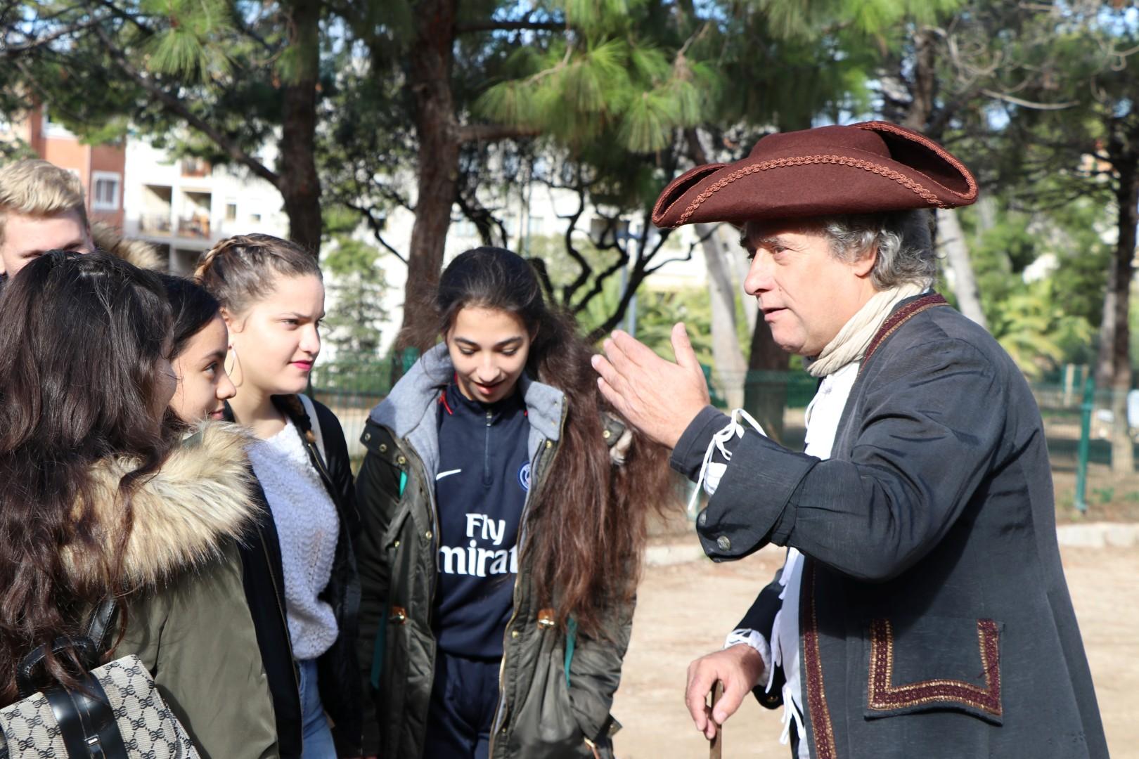 Més de 200 estudiants van conèixer la figura d'Antoni de Martí i Franquès a través de la ruta teatralitzada sobre el químic català.