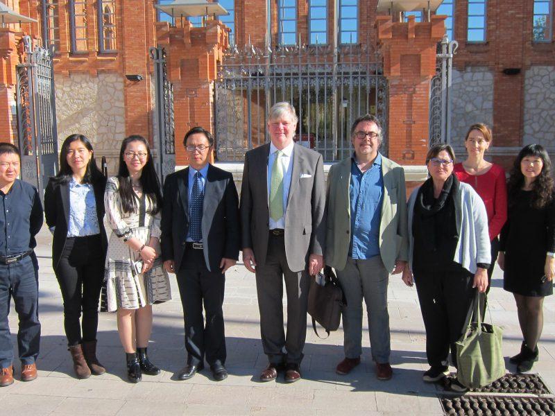 La delegació xinesa junt amb els representants de la URV