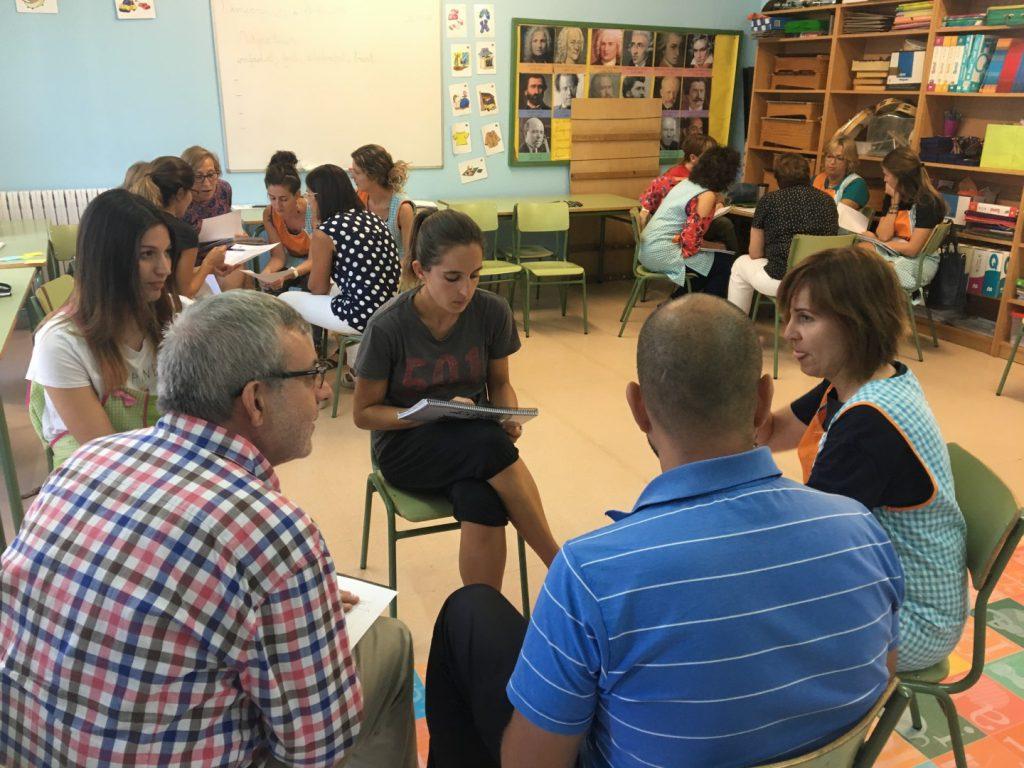 Reunió de mestres per reflexionar com volien que fos l'escola Saavedra l'any 2021.