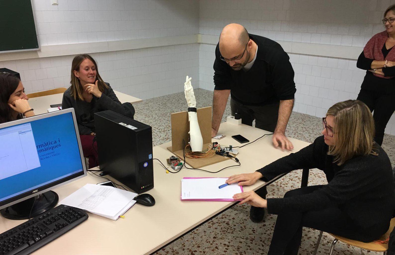 El 20 de novembre personal de l'ETSE va fer un taller amb l'escola sobre robots.
