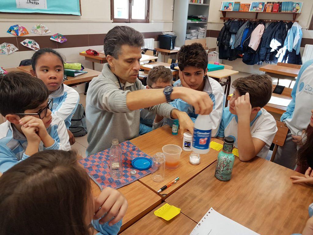 Alumnes de l'escola Mare de Déu del Carme de Tarragona posant en pràctica un dels experiments.