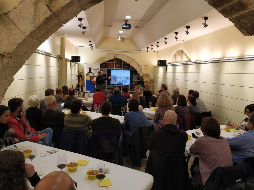 L'Espai Turisme de Tarragona es va omplir per assistir a la primera xerrada del cicle.