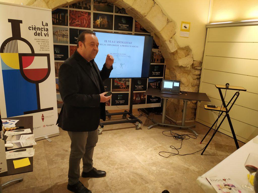 El investigador Jordi Diloli durante su charla.