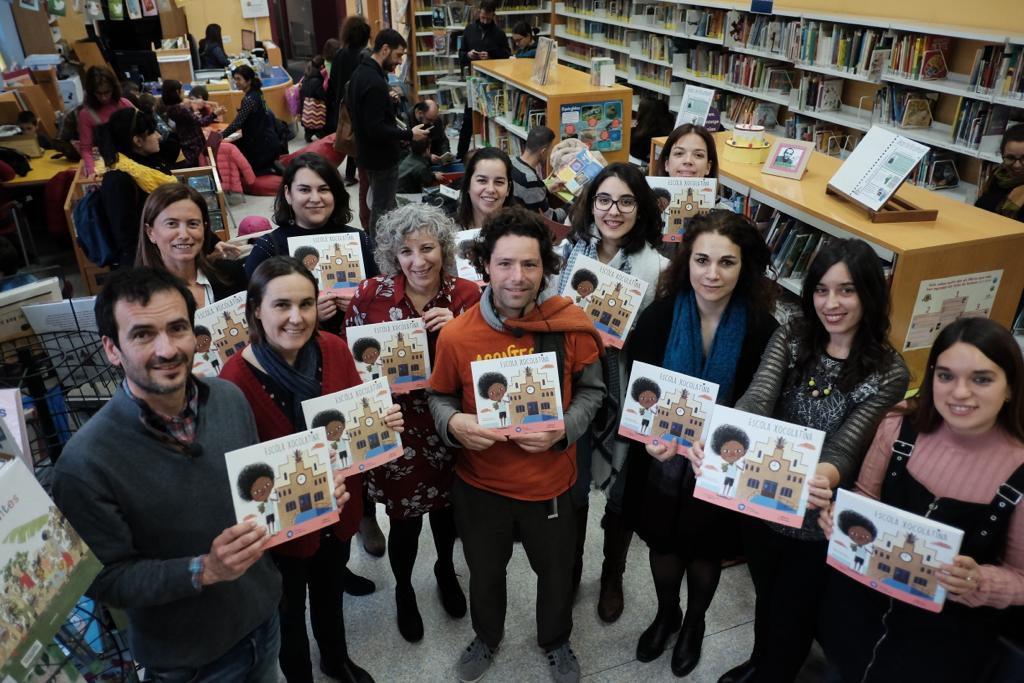 Los autores del cuento Escuela Chocolatina, Joan Rione y Armand, con las investigadoras que protagonizan el libro, en la Biblioteca Pública de Tarragona.