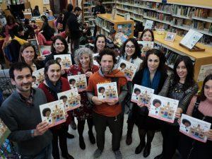 Los autores de la Escuela Chocolatina, Joan Rione y Armand, con las investigadoras que protagonizan el libro, en la Biblioteca Pública de Tarragona.