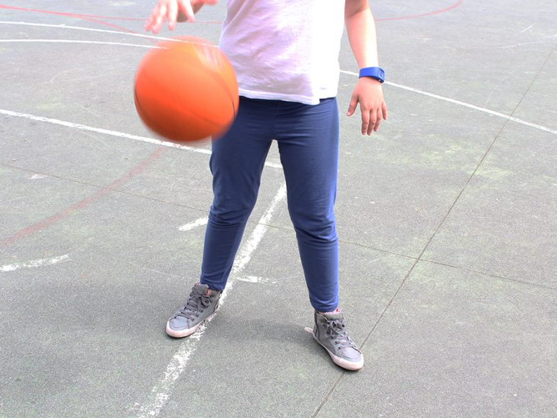 Infant jugant amb una pilota de bàsquet
