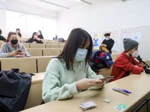 estudiant que escaneja codi QR abans de l'examen