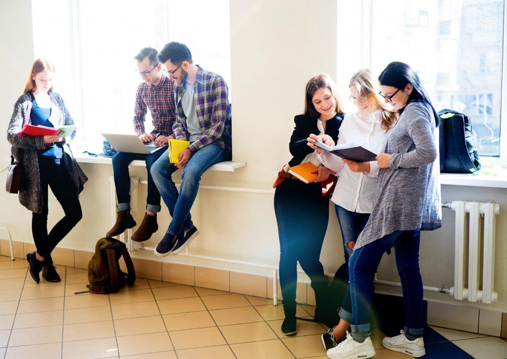estudiants universitaris en un descans al passadís