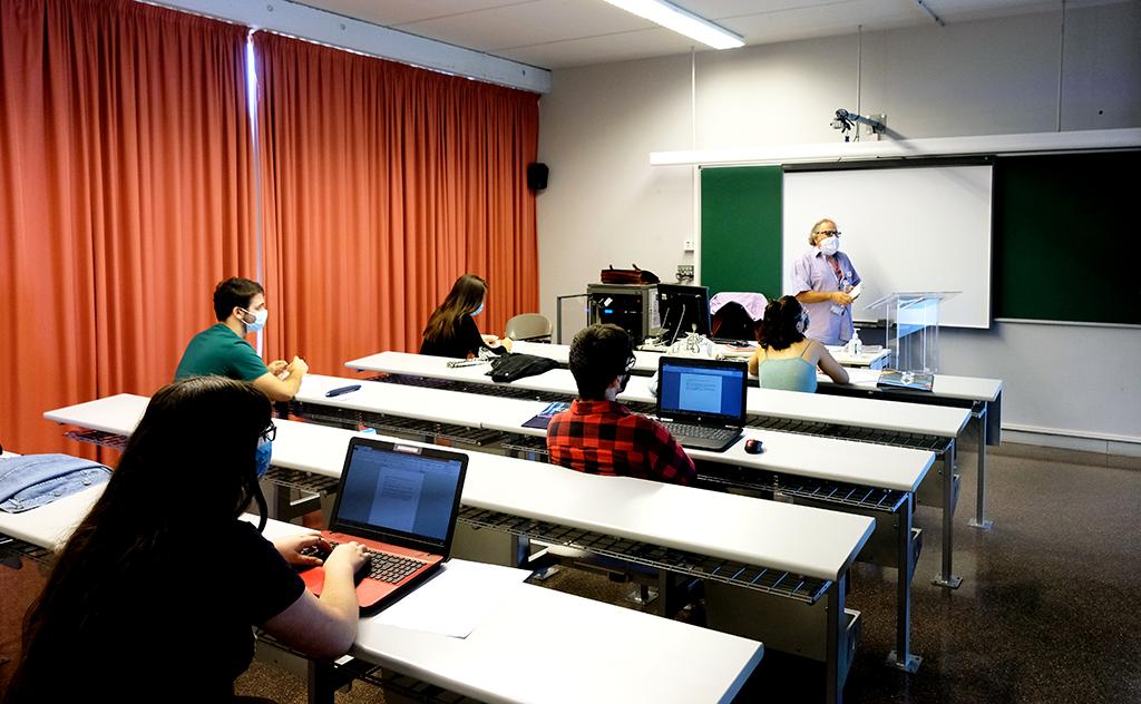 estudiants a classe amb distància i mascareta