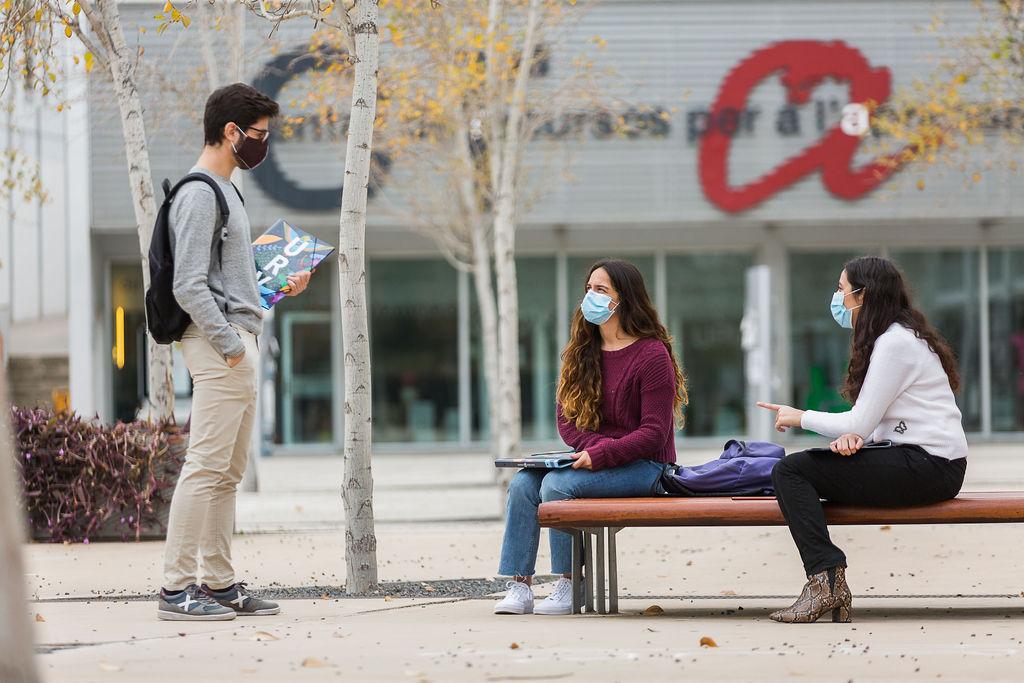 estudiants de la urv amb mascareta