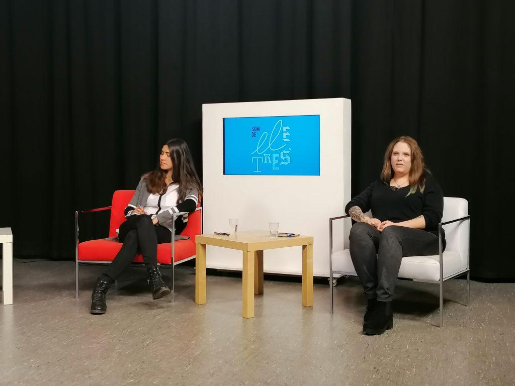 """Participants al debat """"Som de lletres"""" amb els participants (d'esquerra a dreta) Karen Fortuny, alumni de Máster en Arqueología Clásica, i Andrea Gil, Alumni del Màster en Traducció Professional Anglès-Castellà"""