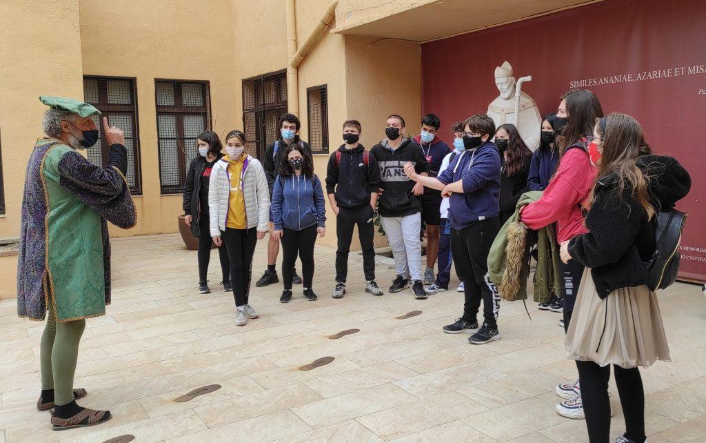 El personatge, durant una ruta pilot que es va fer amb alumnes de l'Institut Pons d'Icart de Tarragona.