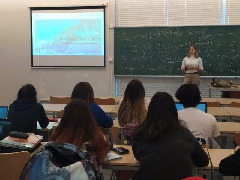 Karen Martí, titulada del Màster en Genètica, Física i Química Forense, imparteix una ponència sobre la investigació d'incendis